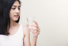 Mulher nova com vidro da água fresca Imagens de Stock