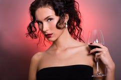 Mulher nova com vidro do vinho vermelho Imagem de Stock Royalty Free