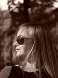 Mulher nova com vidros de sol no sepia fotografia de stock royalty free