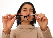 Mulher nova com vidros Desordem da visão - problemas da visão - visão borrada fotos de stock royalty free