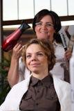 A mulher nova começ um hairdo na beleza Imagens de Stock