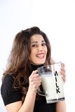 Mulher nova consciente da saúde com leite Fotografia de Stock Royalty Free