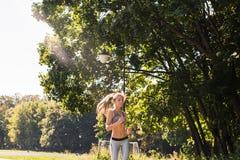 Mulher nova da aptidão do estilo de vida saudável que corre fora Fotografia de Stock Royalty Free