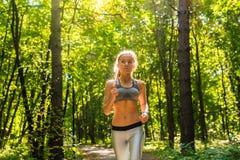 Mulher nova da aptidão do estilo de vida saudável que corre fora Fotos de Stock Royalty Free