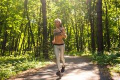 Mulher nova da aptidão do estilo de vida saudável que corre fora Imagem de Stock Royalty Free