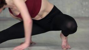 Mulher nova da aptidão que faz o exercício da ioga video estoque