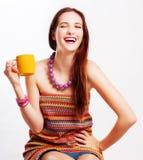 Mulher nova da beleza com copo amarelo Imagens de Stock Royalty Free