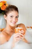 Mulher nova da beleza no banho que bebe o chá erval Fotos de Stock