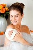 Mulher nova da beleza no banho que lava seu corpo foto de stock