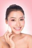 Mulher nova da beleza que aplica a fundação da face Foto de Stock Royalty Free
