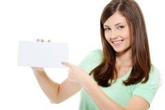 Mulher nova da beleza que aponta no cartão em branco Fotos de Stock