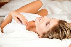 Mulher nova da beleza que daydreaming Imagem de Stock