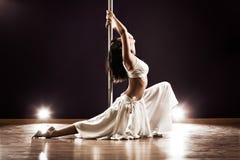 Mulher nova da dança do pólo Fotografia de Stock Royalty Free