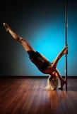 Mulher nova da dança do pólo Fotos de Stock Royalty Free