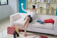 mulher nova da forma com presentes agradáveis Fotos de Stock Royalty Free