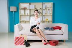 mulher nova da forma com presentes agradáveis Imagens de Stock