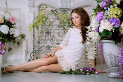 Mulher nova da forma da mola no interior do vintage do lux da mola Sprin Imagem de Stock
