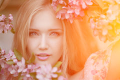 Mulher nova da forma da mola no jardim da mola primavera trendy Foto de Stock Royalty Free