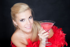 Mulher nova da forma que levanta no estúdio em uma boa vermelha Foto de Stock Royalty Free