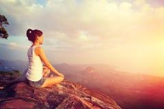 Mulher nova da ioga no nascer do sol Fotos de Stock Royalty Free