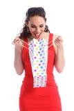 A mulher nova da surpresa feliz abre o saco do presente da compra fotos de stock