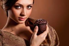 Mulher nova de Beauriful com bolo de chocolate Fotos de Stock Royalty Free