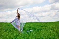 Mulher nova de riso em um prado Foto de Stock