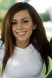 Mulher nova de sorriso atrativa foto de stock royalty free