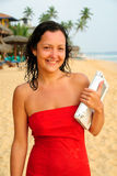 Mulher nova de sorriso bonita com o portátil na praia Foto de Stock Royalty Free