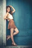 Mulher nova de sorriso bonita Roupa elegante, cabelo encaracolado Fotos de Stock Royalty Free