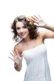 Mulher nova de sorriso com a flor no cabelo fotos de stock