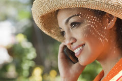 Mulher nova de sorriso com telefone de pilha Imagens de Stock
