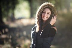 Mulher nova de sorriso na floresta Fotografia de Stock Royalty Free