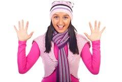 Mulher nova de sorriso na roupa do inverno foto de stock royalty free