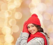 Mulher nova de sorriso na roupa do inverno Imagens de Stock Royalty Free