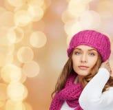 Mulher nova de sorriso na roupa do inverno Fotografia de Stock