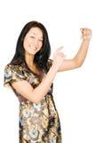 Mulher nova de sorriso que mostra algo em sua mão Fotografia de Stock