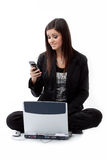 Mulher nova divertida que verific o telefone de pilha Fotos de Stock
