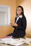 Mulher nova do African-American com os livros na tabela Fotos de Stock Royalty Free