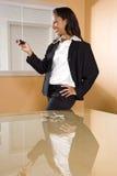 Mulher nova do African-American no escritório que texting Imagens de Stock Royalty Free