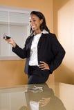 Mulher nova do African-American no escritório que texting Imagens de Stock
