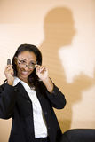 Mulher nova do African-American que fala no telefone Foto de Stock Royalty Free