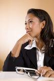 Mulher nova do African-American que pensa e que sorri Fotos de Stock Royalty Free