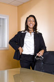 Mulher nova do African-American que ri no escritório fotos de stock royalty free