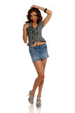 Mulher nova do americano africano que desgasta uma mini saia foto de stock