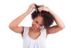 Mulher nova do americano africano que faz tranças Fotografia de Stock