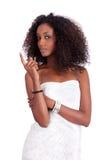 Mulher nova do americano africano que olha acima imagem de stock
