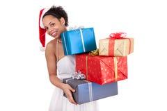 Mulher nova do americano africano que prende um presente Imagens de Stock