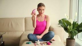 Mulher nova do blogger que discute cosméticos vídeos de arquivo