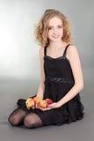 Mulher nova do blondie que senta-se com maçãs imagens de stock